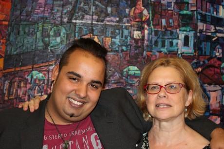 Léna és Balázs, a háttérben Balogh Tibor festménye