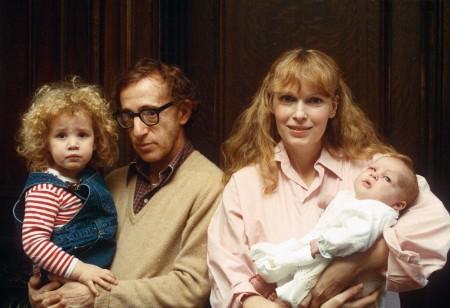 Mia és Woody, két közös örökbefogadott gyerekükkel, Woody kezében Dylan